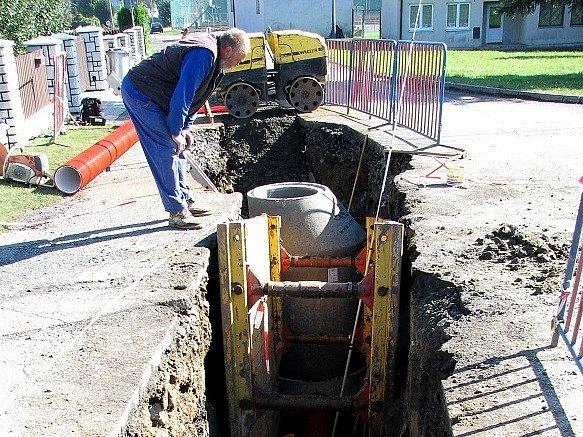 Z I. etapy výstavby kanalizace v Mrákově.