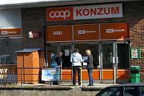 Z této prodejny si zloděj odnesl přes šedesát tisíc korun.