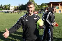Jan Suchopárek, Luboš Kozel a další členové realizačního týmu pražské Dukly se loučí s fotbalisty Oplotce.
