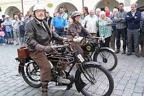 Petr Sojka se strojem HB 350 zroku 1920 a Růžena Sojková smotocyklem Royal Enfield 225 zroku 1925 čekají na pokyn startéra.