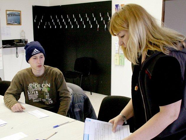 Květa Terčová pomáhá s vyplňováním formulářů jednomu ze 162 žadatelů, kteří v pondělí zaplnili Úřad práce v Domažlicích. Nezaměstnanost na okrese překročila 6 %.