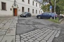 Děravou a záplatovanou asfaltovou plochu nahradí dlažba a upravená parkovací místa.