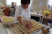 Marie Vondrovicová při pečení cukroví.