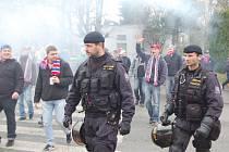 Fanoušky Viktorie doprovázely na stadion i ze stadionu desírky policistů