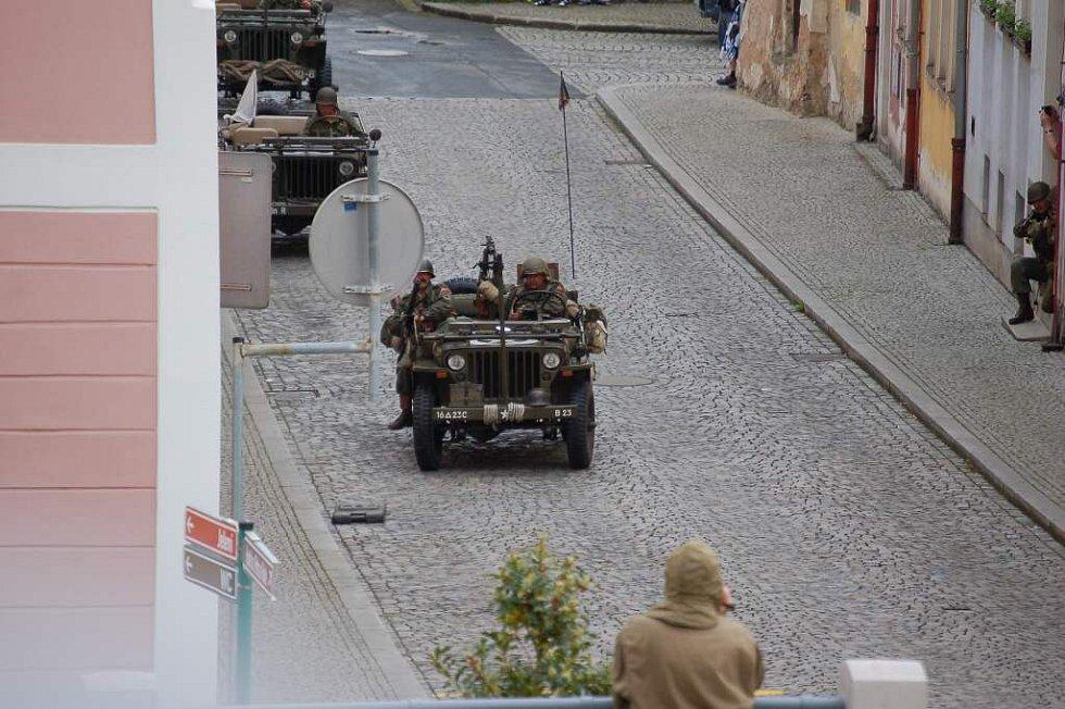Z dobové ukázky bitvy německých a amerických vojáků v centru Horšovského Týna.