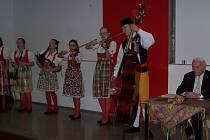 Vystoupení gymnaziální chodské kapely prof. Viktoru (na snímku vpravo) opravdu potěšilo.