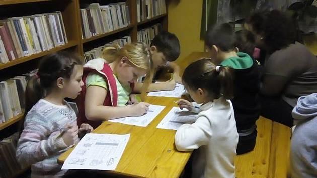 Malování bylo jedou z aktivit, které byly připraveny pro večerní páteční program v poběžovické knihovně.
