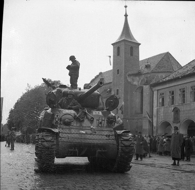 Snímky Viktora Douby zachycují příchod americké armády do Domažlic a oslavy konce války.