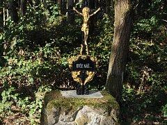 Kámen s modlitbou sv. Josefa je osazen  křížem s umučeným Kristem.