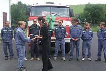 V roce 2007 převzali mutěnínští hasiči požární automobil od svých hostouňských kolegů.