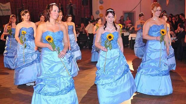 Maturitní ples SOŠ a SOU Horšovský Týn v sále hotelu Šumava.