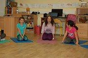 Z hodiny jógy v koutské základní škole.