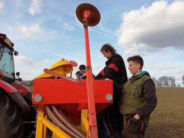 Žáci horšovskotýnské školy se pustili do setí jarní pšenice a ječmene na polích svého vlastního hospodářství.