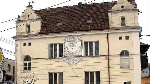 Jako takzvaný chudobinec nechal v r. 1906 postavit tuto krásnou budovu ve stylu české renesance uznávaným architektem Antonínem Wiehlem trhanovský rodák, známý lékař Josef Thomayer.