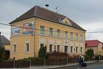 DRAŽENOVSKÁ POŠTA sídlí v obecní budově, kde tamní obyvatelé najdou i obecní úřad, knihovnu a soukromou mateřskou školu.