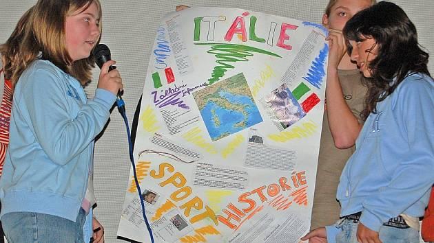 STAŇKOVŠTÍ ŠKOLÁCI PŘEDSTAVOVALI EVROPU. Mezi  desítkami států byl i stát, jehož tvar je často přirovnávaný k velké botě – Itálie.