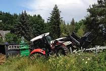 Řidič DAFu poslal traktor s valníkem mimo vozovku.