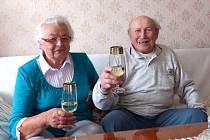 DEVADESÁTILETÝ BOHUMIL ŠANTA si připil na zdraví nejprve s manželkou, poté i se starostou Vladimírem Korandou a Vendulou Záhoříkovou, která chodí za Obecní úřad Česká Kubice přát jubilantům.