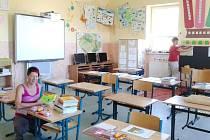 Renata Reifová ředitelka školy a V. Machálková, třídní učitelka 1. až 3. ročníku připravují třídu pro čtyři prvňáčky, kteří se zde budou učit společně se žáky 3. ročníku.