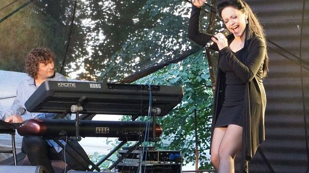 Nejpopulárnější tuzemská zpěvačka Lucie Bílá zazpívala v neděli večer stovkám posluchačů v domažlickém Letním kině