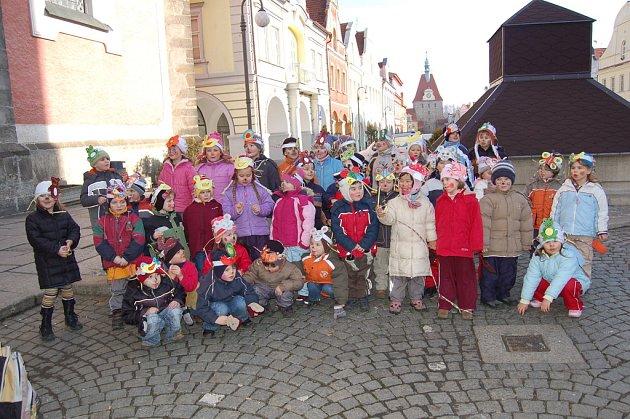 Děti Mateřské školy Palackého v Domažlicích se dopoledne postaraly o rozruch na náměstí. Vyrazily do ulic totiž v maskách.