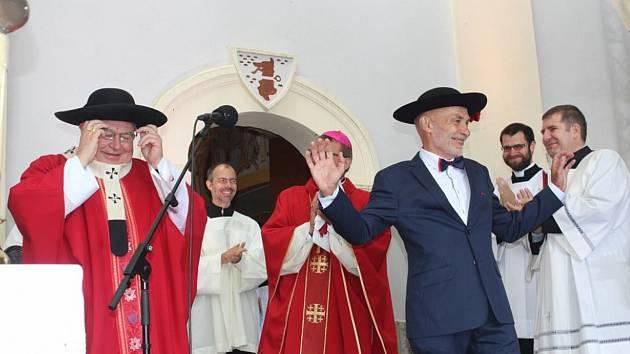 Starosta Zdeněk Novák (vpravo) v kardinálském klobouku, který mu při jubilejní mši na Vavřinečku věnoval kardinál Dominik Duka (vlevo).