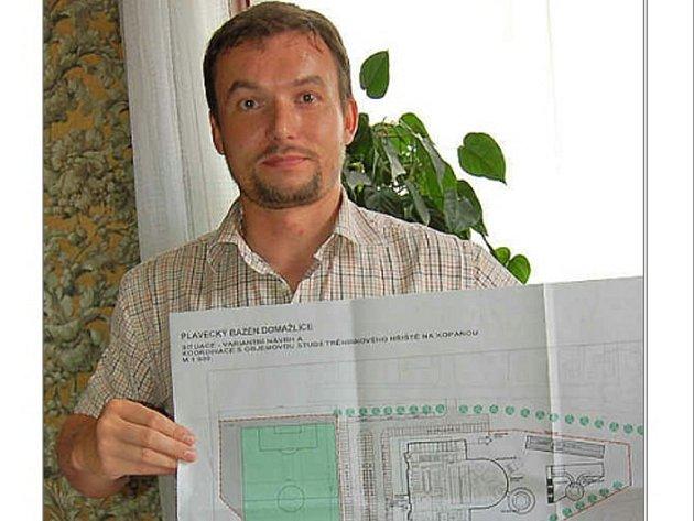 Místostarosta Pavel Wolf se studií nového hřiště