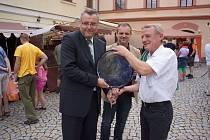Ralph Wenzel (vpravo) předává starostovi Domažlic Miroslavu Machovi skleněnou plastiku. Uprostřed ředitel MKS Kamil Jindřich.