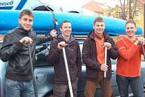 Robin, Zdeněk, Honza a Čenda, horšovskotýnští vodáci se rozhodli strávit silvestra poněkud netradičně a to splutím řeky Mže.