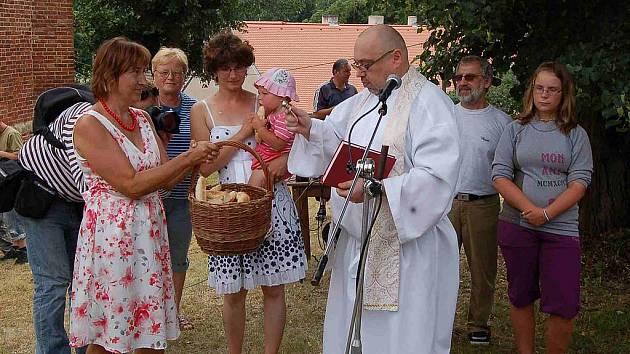 Farář  Hubert Hain z holýšovské farnosti požehnal dobroty, na kterých si pak nejen  koně pochutnali.