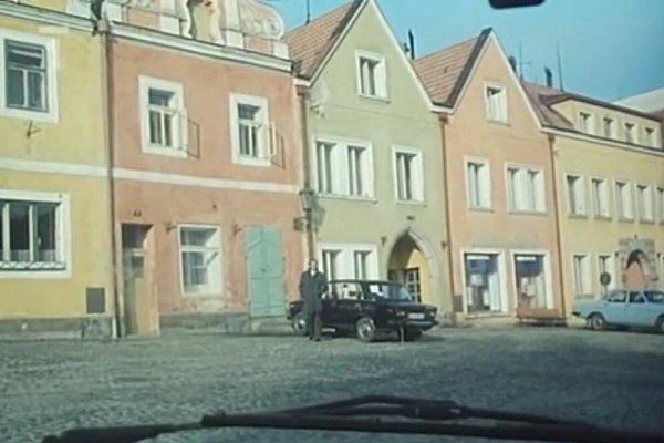 V65. minutě filmu tajná agentka Krausová čeká vautě na svoji spojku (Jiří Klem).