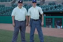 Mezinárodní sudí Miroslav Kaigl (vpravo) navštívil USA na pozvání trenéra amerických baseballistů.