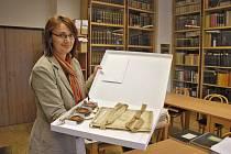 Radka Kinkorová ukazuje v badatelně archiválii pocházející z Klenčí pod Čerchovem.