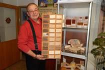 Učitel Milan Kuba se vzorníkem dřevin.