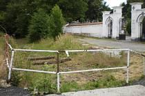 Prostranství před hřbitovem.