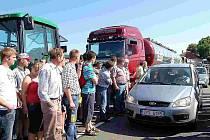Bavorští zemědělci už protestovali minulou sobotu. Dnes se k nim symbolicky připojili i čeští výrobci mléka, kteří ho dodají zpracovatelům o 10 % méně.