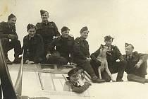 Přílet posádky liberatoru do vlasti 31. července 1945. V okénku je hlavní pilot Jiří Osolsobě, třetí zleva je František Klemens.