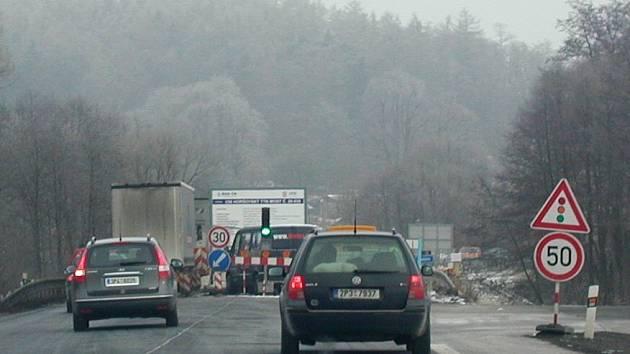 Řidiči jedoucí po silnici I. třídy od Plzně k hraničnímu přechodu Folmava (a naopak) musejí počítat s omezením dopravy v Horšovském Týně.