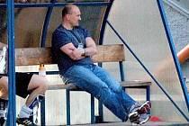 Trenér Milan Dejmek na archivním snímku na lavičce tehdy ještě divizních Domažlic.