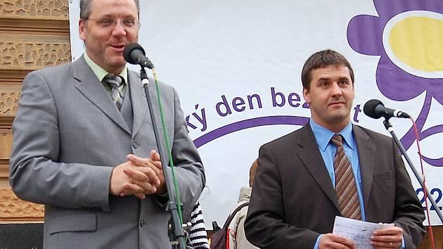 Den určený k setkávání občanů partnerských měst zahájili starostové (zprava) Johannes Müller a Miroslav Mach