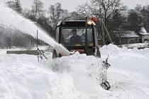 Fréza se pomalu prokousávala u Pelechů sněhem.