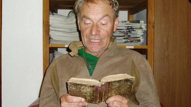 J. P. HOLÝ ve své oblíbené domažlické knihovně.