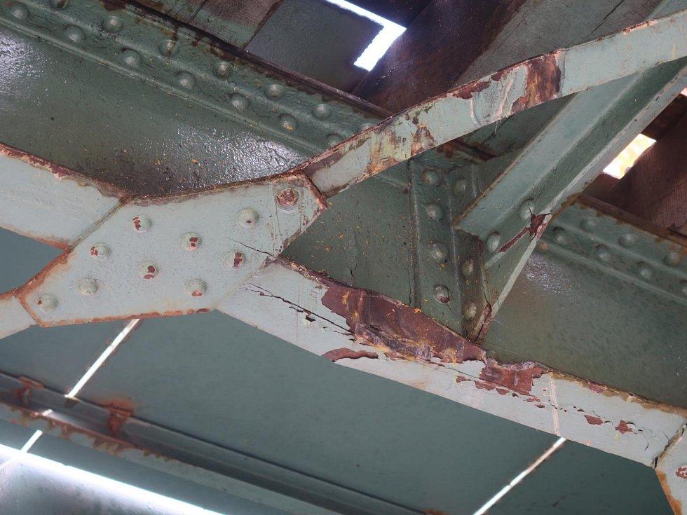 Při převozu bagru řidič neodhadl výšku nákladu, výsledkem bylo poškození konstrukce železničního přejezdu.