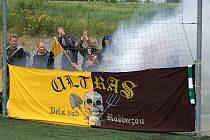 Z fotbalového utkání spřízněných táborů ultras Startu Bělá nad Raduzou a SK Kotva Vršovice 1895, fanoušků Bohemians.
