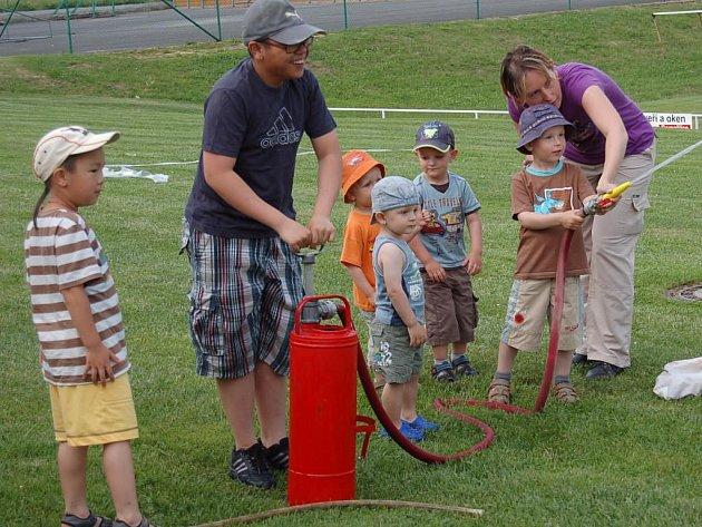 Nadšené děti si vyzkoušely stříkačku.