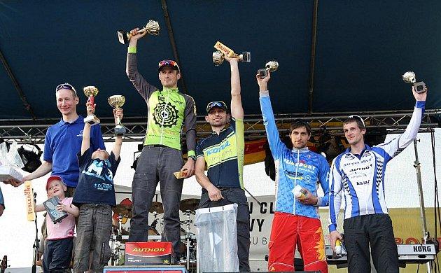 Petr Šindelář v dresu Velosportu při vyhlašování vítězů MTB Král Šumavy. Vlevo je Lukáš Bauer, vpravo od Petra je Martin Jakš.