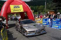 DIVÁCKÝ MAGNET. Na trať vyráží Petr Janoušek s krásným a výkonným Chevroletem Corvette.