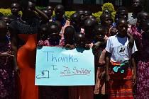 Josef Hais z diecézní charity v Praze se vyfotil s třídou ve škole sv. Jana Nepomuckého v Kitule v Ugandě.