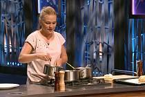 Veronika Kouříková při vaření a natáčení populární kuchařské reality showMaster Chef.