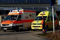 MÍSTO KONFERENCE bylo ´obloženo´ vozy českých a bavorských zdravotnických záchranářů. Na závěr konference si účastníci mohli prohlédnout jejich vybavení.